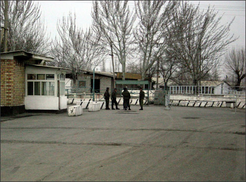 Other bridges across the Shakhrikhansai are closed. Crossing points are closed too but manned. Photo by Ferghana.Ru news agency, March 2006
