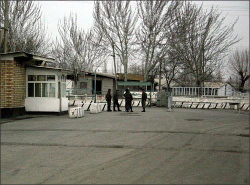Другие мосты через реку Шахрихансай закрыты. Фото ИА Фергана.Ру