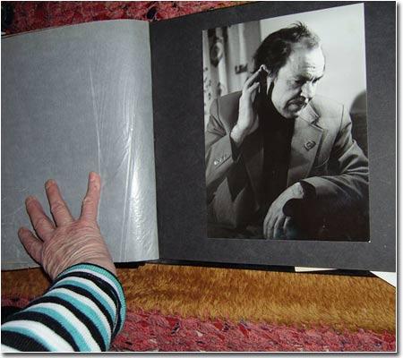 Анна Яковлевна показывает фотографии из семейного альбома