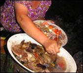 ...где кормят потрясающей бараньей требухой и свежевыловленными с быстрозажаренными сазанами!..