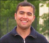 Уткир из Самарканда весной и летом торгует узбекской клубникой в Чертаново