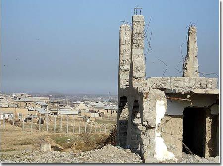 Остов разрушенного дома. За границей хорошо видны казахстанские постройки