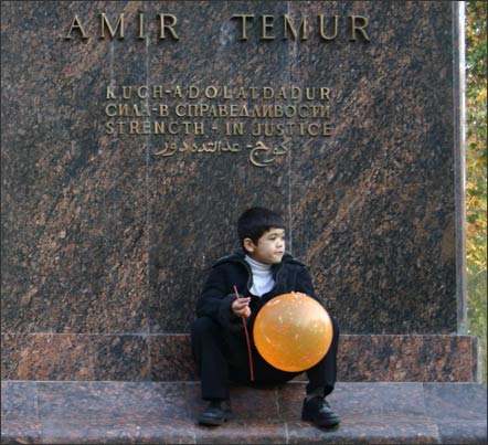 Мальчик у постамента памятника Тимуру в центре Ташкента