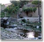 Это невзрачное строеньице - водная мельница в кишлаке Ухум