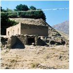 Ухум. Дом из камня. Справа виден каменный сортир