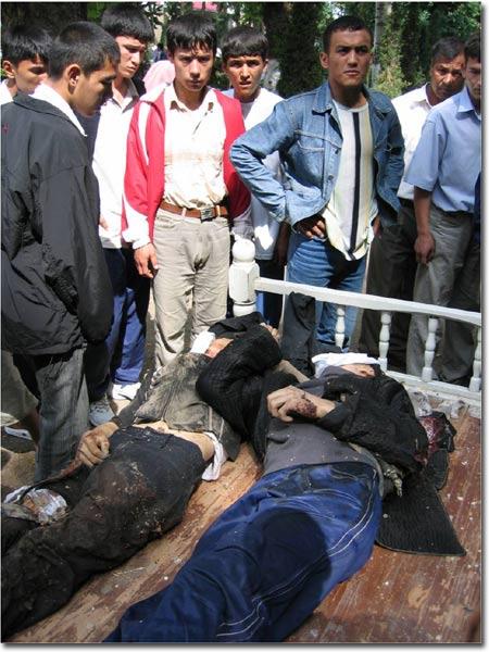 Тела убитых на улицах Андижана