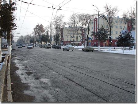 На фото: та самая трасса, разделяющая Вузгородок на две части