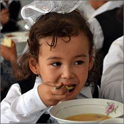 Горячий суп и молоко с булкой, или Чем кормят в школах Кыргызстана