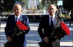 Как Путин и Каримов цветы Пушкину возлагали, а все вокруг за занавесками прятались