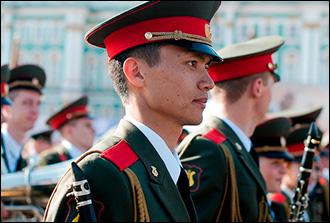 Улан играет на кларнете: Как детская мечта привела мальчика из Киргизии на Парад Победы в Москве