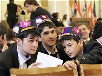 Линейкой по костяшкам. Как вколачивают знания в таджикских школах