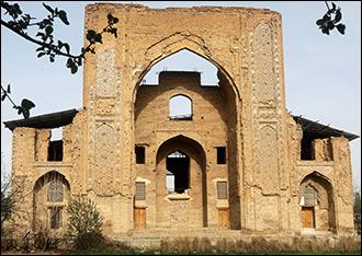 Кирпичом по Тимуридам. Что ждет Ишратхану — самый загадочный памятник Самарканда